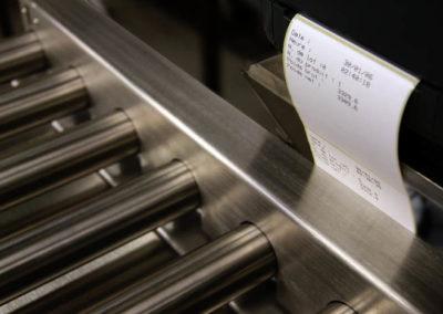 convoyeur de pesage avec etiquetage 400x284 - Convoyeurs de pesage à rouleaux